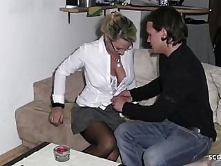 Nachbarsjunge wird von reifer deutschen Hausfrau eingeladen und spritzt 2 mal ab - German MILF