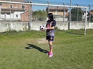 Milf si infortuna mentre gioca a calcio (prima parte)